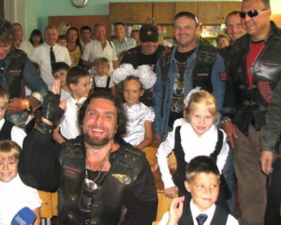 Глава мотоклуба «Ночные волки» поздравил школьников Севастополя с 1 сентября