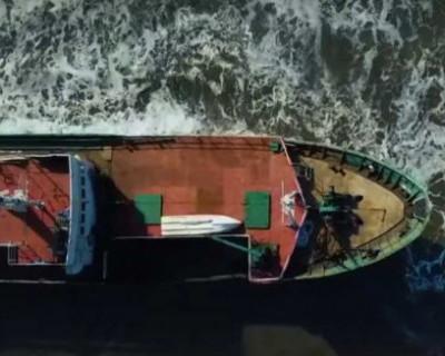 Тайфун в Приморье вынес на берег «корабль-призрак» (ВИДЕО)