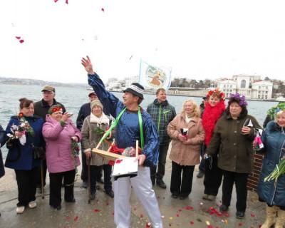 В Севастополе женщин  осыпали лепестками роз и дарили цветы прямо в ледяном море (фото)