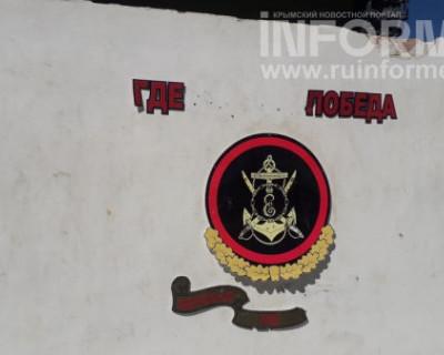 «Господа чиновники, депутаты, общественники Севастополя, где Победа?», - спрашивает танк на въезде в бухту Казачья