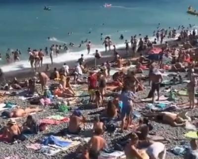 Людей на крымских курортах ничуть не меньше, чем в самый разгар лета (ВИДЕО)