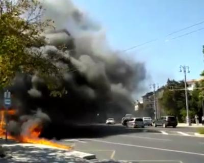 В центре Севастополя сгорел микроавтобус (ВИДЕО)