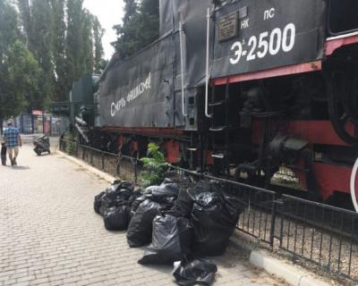 Севастопольские болельщики провели субботник у памятника бронепоезду «Железняков»