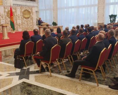Александр Лукашенко под прикрытием спецтехники, вступил в должность президента Белоруссии
