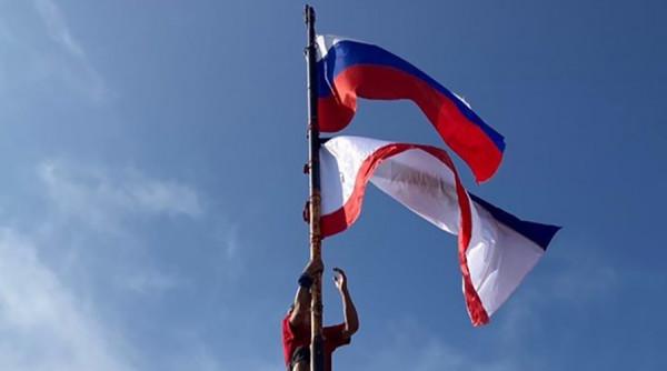 Сотрудники МЧС водрузили флаги Крыма и России на Ай-Петри