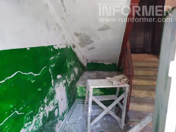 В Севастополе жители ободранного подъезда получили ответ от коммунальщиков