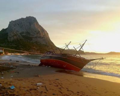 Шторм выбросил на крымский берег пиратскую яхту