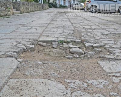 Дыры в дорожном покрытии на Корчагина в Севастополе