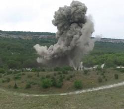 Пиротехники Севастополя уничтожили авиабомбу, извлеченную из скалы