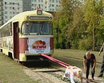Девушка сдвинула трамвай в новом выпуске шоу «Удивительные люди»