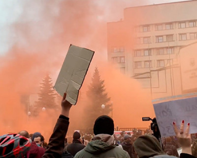 Протестующие забросали здание Конституционного суда Украины дымовыми шашками и петардами (ВИДЕО)