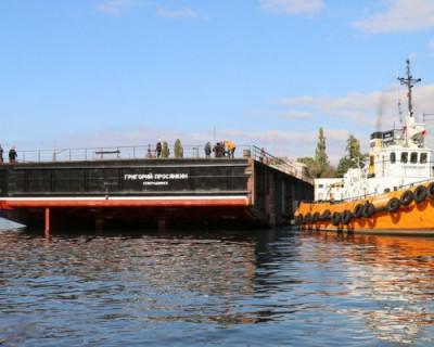 В Севастополе спустили на воду основную часть 700-тонного плавкрана