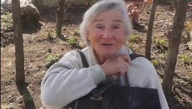 70-летняя Люся с Приморского бульвара поступившая в музыкальную школу в 64 года, её песни и баян... (видео)