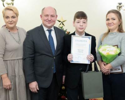 Губернатор Михаил Развожаев наградил победителей конкурса эскизов «медали севастопольца»