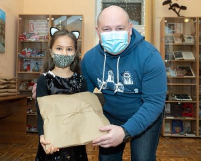 Михаил Развожаев вручил подарки участникам конкурса «Новый год в окнах Севастополя»