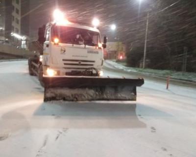 Дорожные службы Севастополя круглосуточно убирают снег