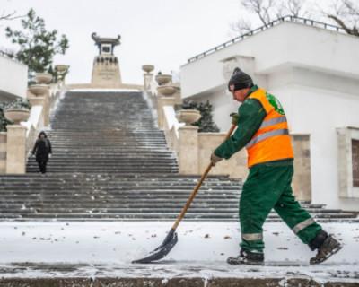 Все коммунальные службы Севастополя задействованы в очистке города от снега