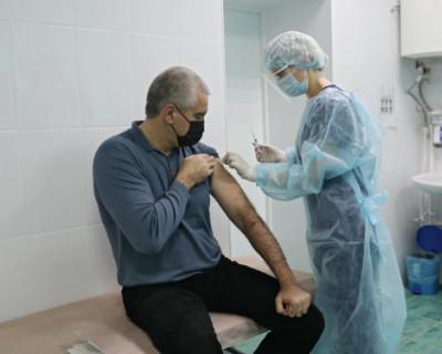Глава Крыма Сергей Аксёнов сделал прививку от коронавируса