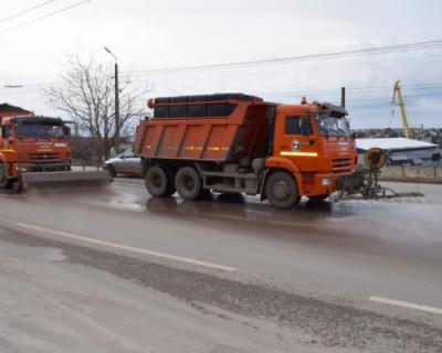 Автодороги Севастополя очищают от противогололедной смеси