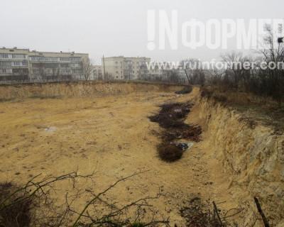 Брошенный котлован под окнами родильного дома в Севастополе станет новым полигоном ТБО?(фото)