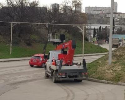 В Севастополе продолжается установка уличных фонарей