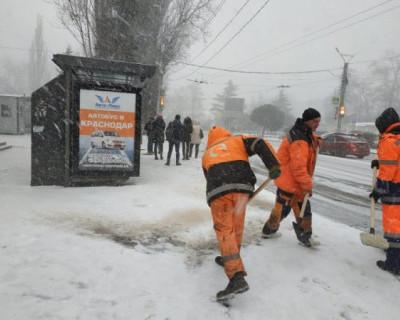 Коммунальные и дорожные службы Севастополя усиленно работают в связи с продолжающимся снегопадом