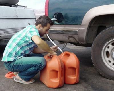 Севастопольские полицейские в течение двух часов задержали злоумышленника, который сливал бензин из машин