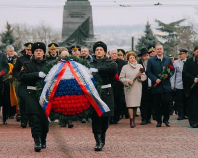 В Севастополе состоялось возложение цветов к Мемориалу защитникам города