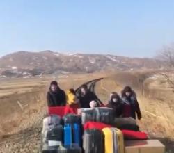 Российские дипломаты вернулись на родину на дрезине (ВИДЕО)