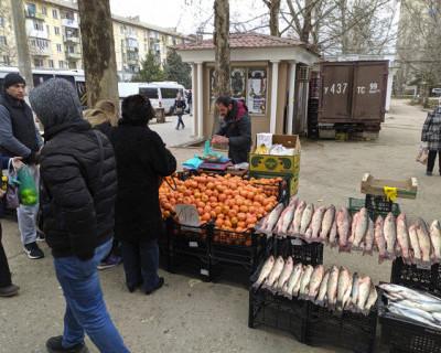 В Ленинском районе Севастополя есть свободные места на рынке, но торговцы предпочитают ящики на улице