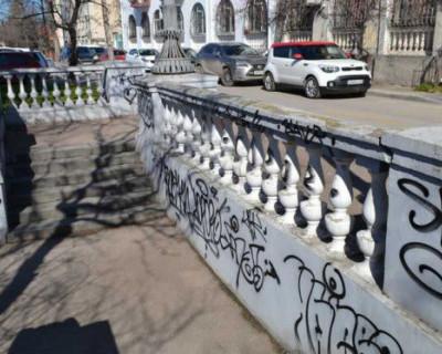 В Севастополе устанавливают данные третьего участника группы, причастного к вандализму