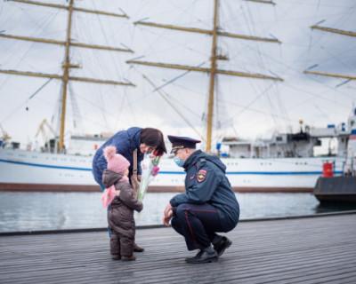 Севастопольские полицейские поздравили женщин с 8 марта