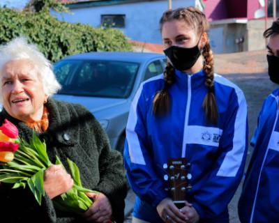 Севастопольские студотряды поздравили ветерана с 8 марта