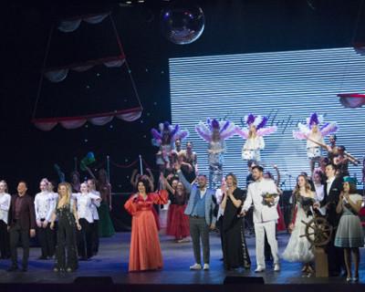 В ДКР Севастополя состоялось звездное шоу «Весенний круиз»