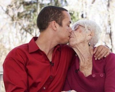 22-летний украинский призывник женился на 80-летней женщине