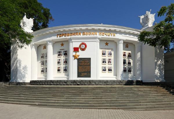 доска почёта на площади Нахимова Севастополь