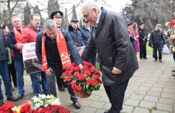 коммунисты возложили цветы к подножию памятника Юрию Гагарину