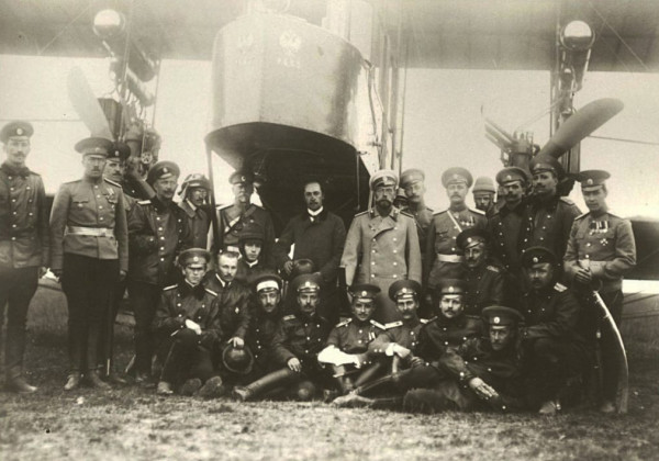 Справа от царя Николая II стоит Игорь Иванович Сикорский