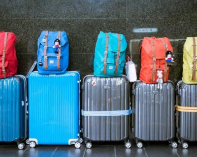 Россияне активно покупают купальники и чемоданы