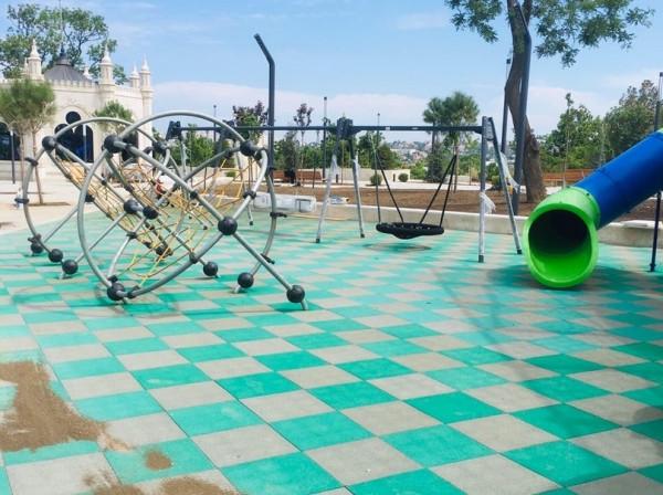 Старый уютный парк с преобладанием зелёных насаждений преображается в урбанизированную площадку