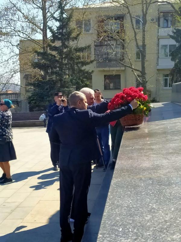 возложение цветов к памятнику вождя