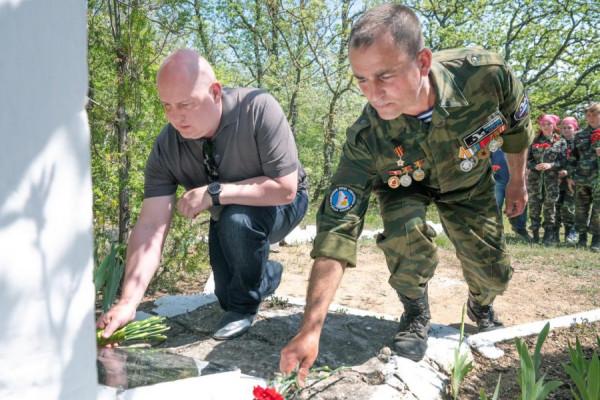 возложение цветов к памятнику погибшим бойцам