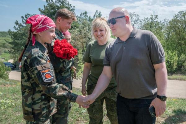 Губернатор Михаил Развожаев встретился с поисковиками «Севастопольского рубежа»