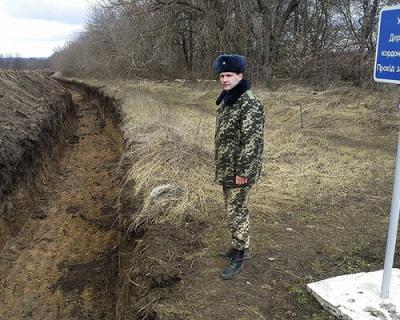Украинские военные роют противотанковые рвы на границе с Россией