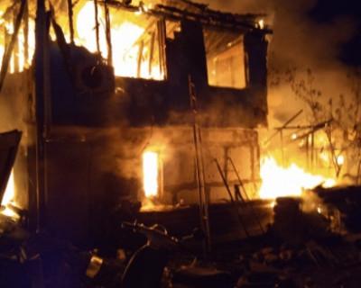 В Севастополе во время пожара в двухэтажном частном доме заживо сгорела 7-летняя девочка