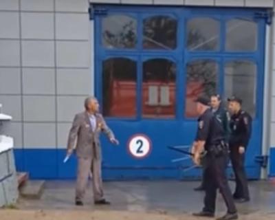 Мужчина с ножом напал на сотрудников МЧС Севастополя (ВИДЕО)
