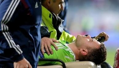 Матч сборной России по футболу прервали фанаты. Вратарь травмирован (видео)