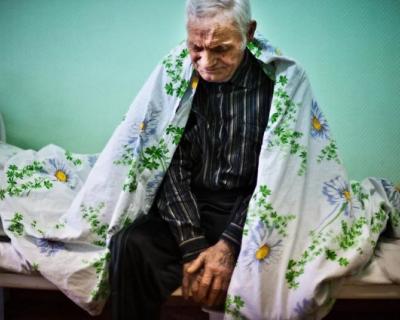 В частном доме престарелых пожилых россиян морили голодом и держали в грязи
