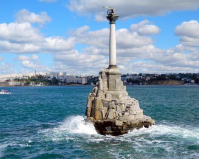 Стену у севастопольского памятника затопленным кораблям очистили от творчества вандалов