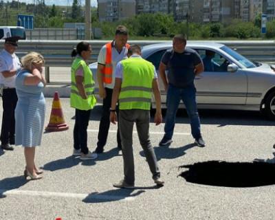На въезде в Симферополь провалилась дорога